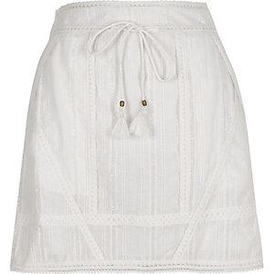 Mini-jupe au crochet blanche nouée à la taille