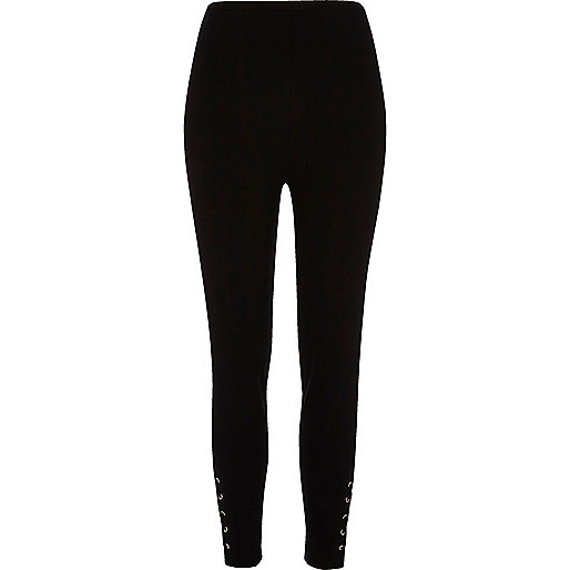 Zwarte legging met vetersluiting en oogjes aan de zoom
