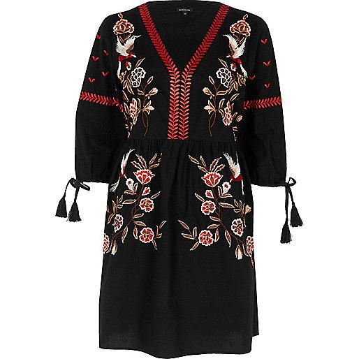 Schwarzes, gesmoktes Swing-Kleid mit Stickerei