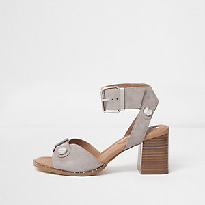 Sandales grises en deux parties à talons carrés