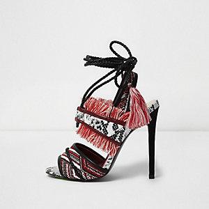 Rote Sandalen zum Schnüren