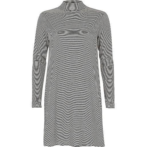 Robe rayée noire et blanc avec col roulé