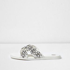 Witte slippers met gekruiste bandjes en diamantjes