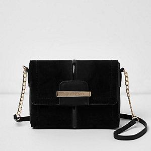 Zwarte vierkante crossbodytas met overslag en ketting