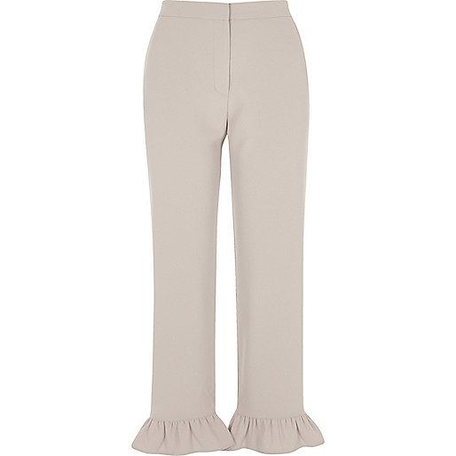Pantalon court gris avec ourlet à volant