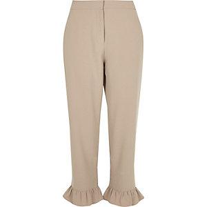 Pantalon court beige à bordures à volants