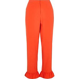 Pantalon court rouge à bordures à volants
