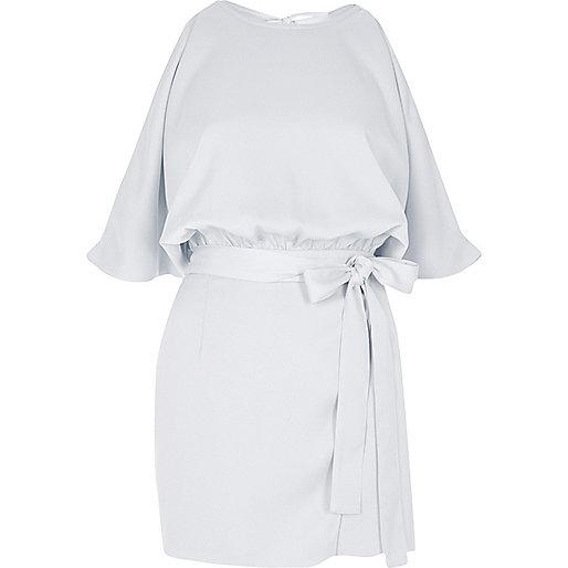 Combi-short bleu clair avec ceinture à la taille et épaules dénudées