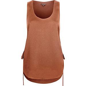 Bruin hemdje met rimpelingen opzij