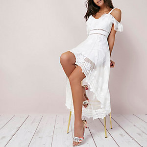Robe longue en dentelle blanche à épaules dénudées et ourlet asymétrique