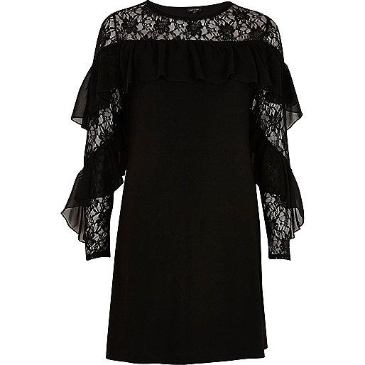 Zwarte jurk met kant en ruches op de mouwen