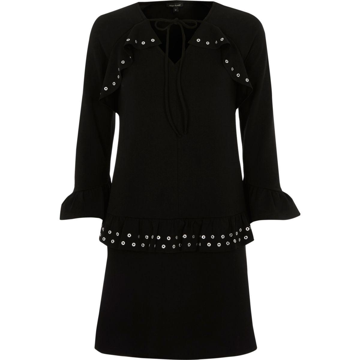 Zwarte jurk met lange mouwen, oogjes en ruches