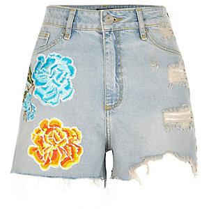 Short en jean bleu clair déchiré avec écussons motif fleurs