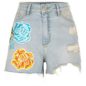 Lichtblauwe ripped denim short met bloemenbadges