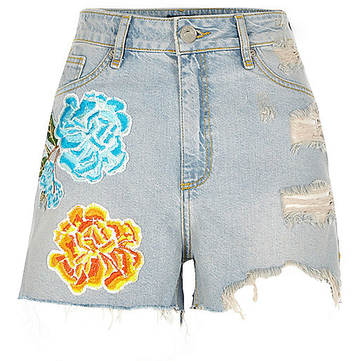 Light blue flower badge ripped denim shorts