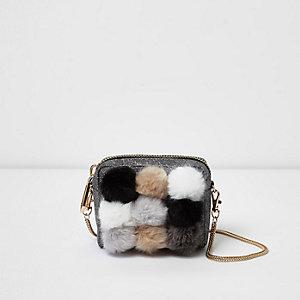 Zwarte kleine crossbodytas met ketting en pompons