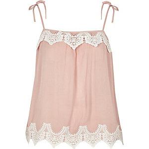 Pinkes Camisole mit Zierausschnitten