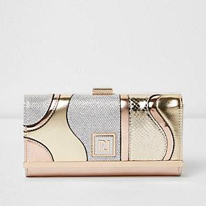 Portemonnee met overslag, druksluiting en goudkleurig metallic paneel