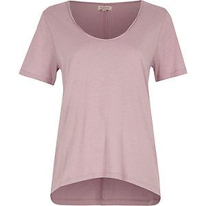 T-shirt violet à encolure dégagée