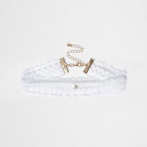 Collier ras-de-cou en dentelle blanc et pendentif