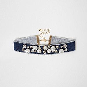 Collier ras-de-cou en jean bleu orné de perles