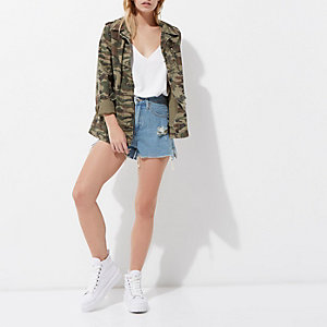 Jeansshorts im Used-Look in blauer Waschung