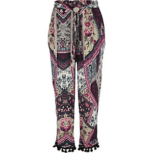 Roze smaltoelopende broek met patchworkprint