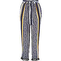 Pantalon fuselé bleu à rayures et pompons