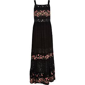 Robe longue noire à empiècements avec fleurs brodées