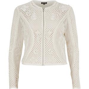 Kurze, weiße Jacke mit Verzierung