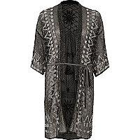 Schwarzer Kimono mit Verzierung