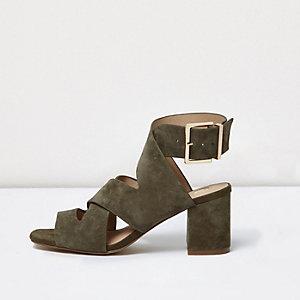 Kaki sandalen met kruislingse banden, brede pasvorm en blokhak