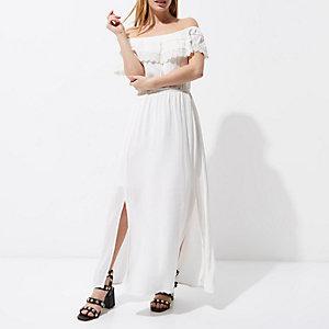 RI Petite - Witte maxi-jurk met bardothalslijn en kanten zoom