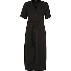 Robe mi-longue croisée noire à manches courtes
