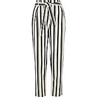 Zwarte gestreepte smaltoelopende broek met strikceintuur