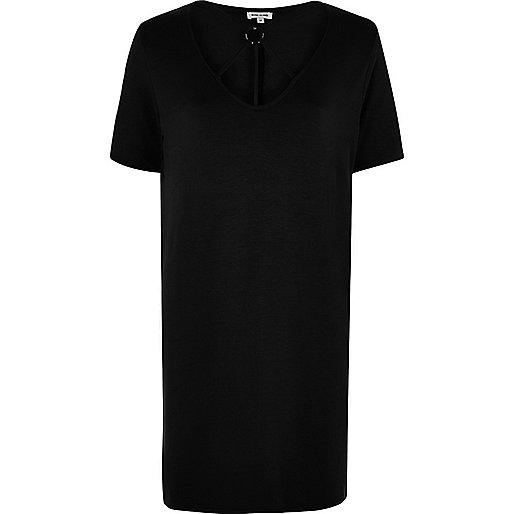 Zwart oversized T-shirt met gekruiste bandjes om de hals