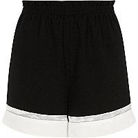 Schwarze Shorts in Blockfarben