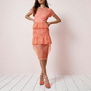 Koraalrode gelaagde midi-jurk met ruches en kant
