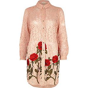 Roze overhemd met kant en geborduurde bloemen