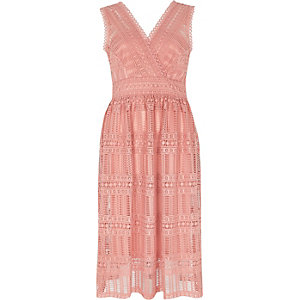 Lichtroze kanten mouwloze midi-jurk