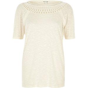 T-shirt beige avec col au crochet