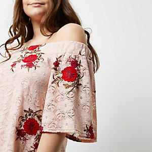 Plus – Top Bardot en dentelle brodée rose clair