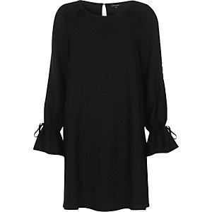 Robe trapèze noire à volants et manches longues