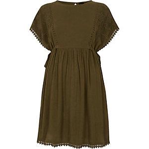 Kleid in Khaki mit Häkelbesatz