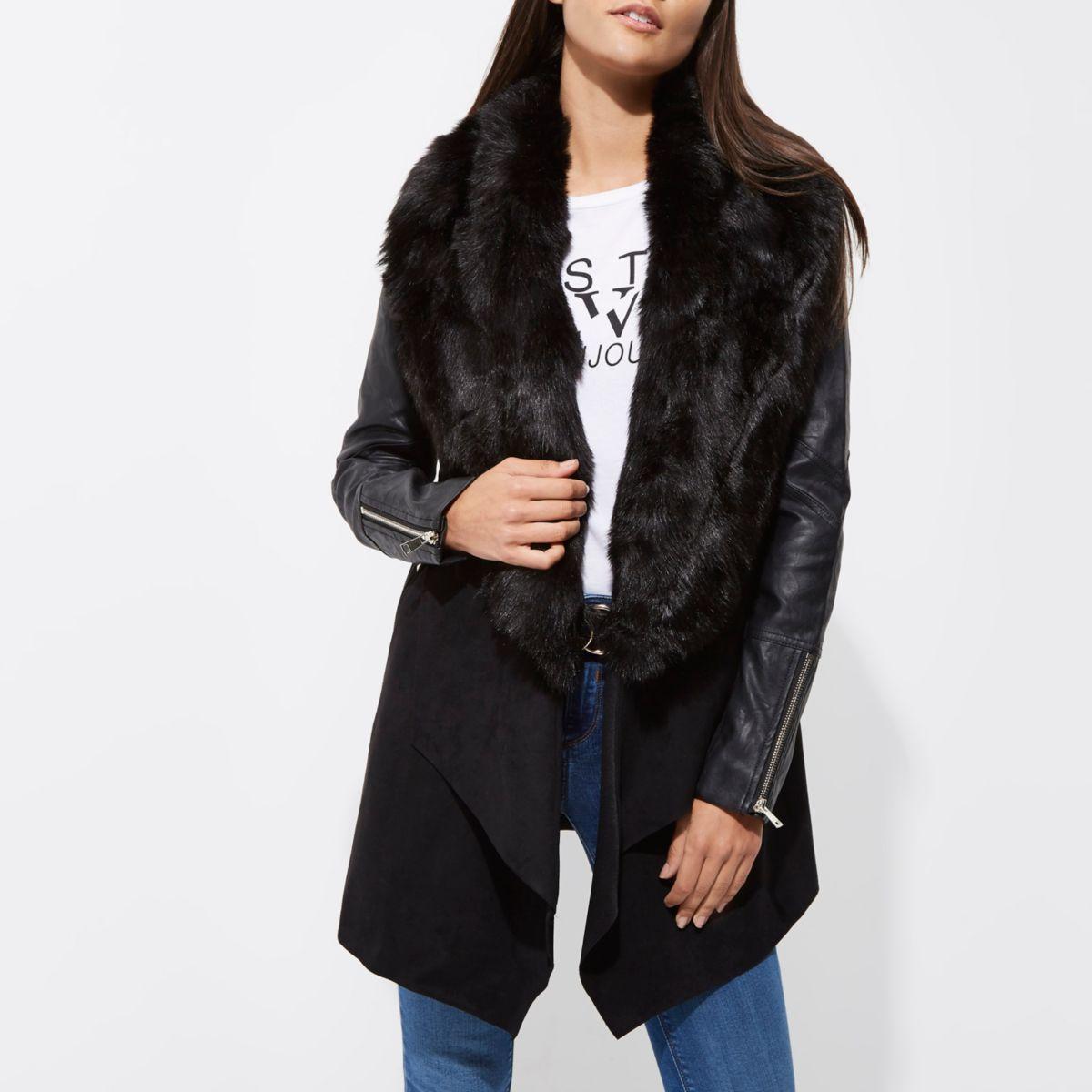 Schwarzer, offener Mantel mit Kunstfellbesatz