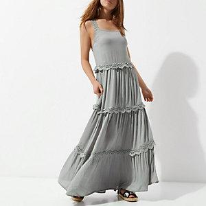 RI Petite - Groene geborduurde gelaagde maxi-jurk
