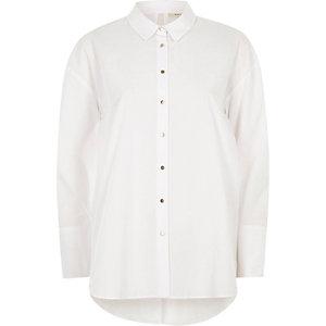 Chemise oversize blanche nouée au dos