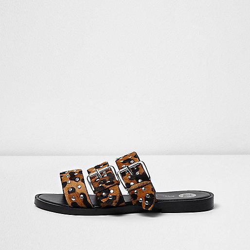 Beige sandalen met luipaardprint, studs en bandjes