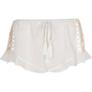 Witte doorschijnende pyjamashort met kanten inzetstuk en ruches