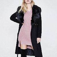 Manteau long noir ceinturé à col en fausse fourrure